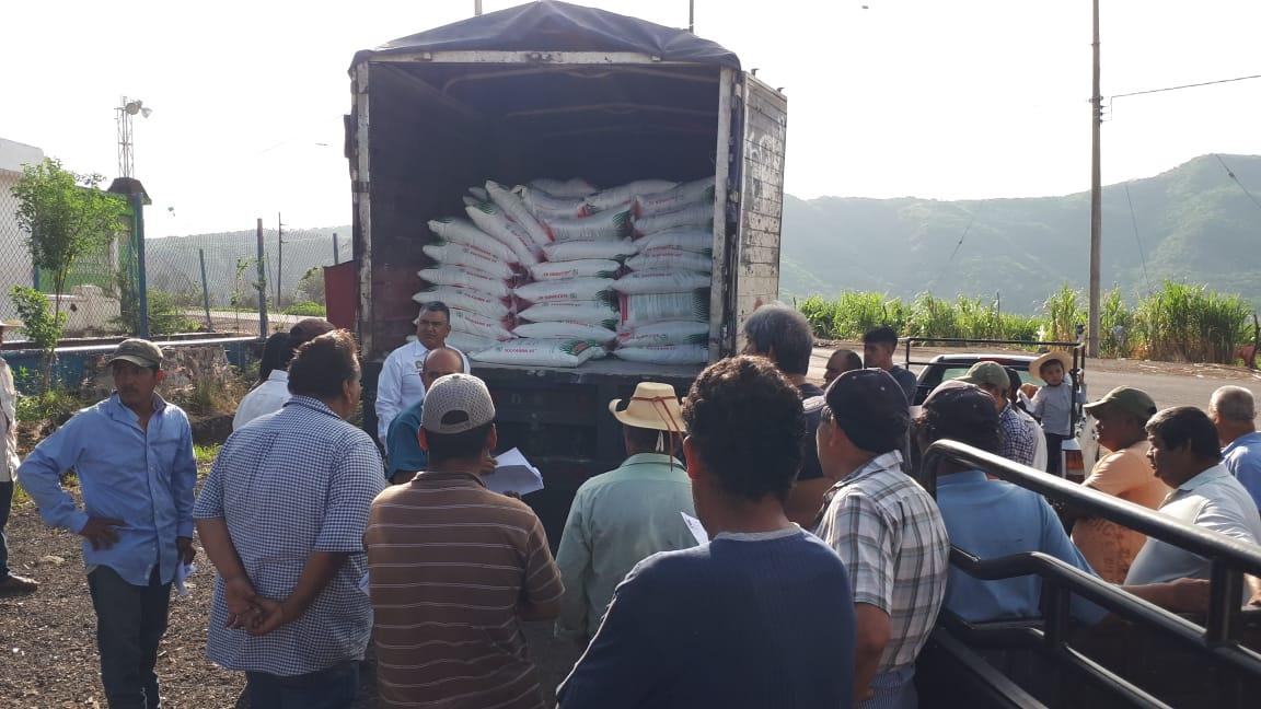 SALVADOR BARRERA HACE ENTREGA DE FERTILIZANTE A PRODUCTORES DE PEDERNALES.
