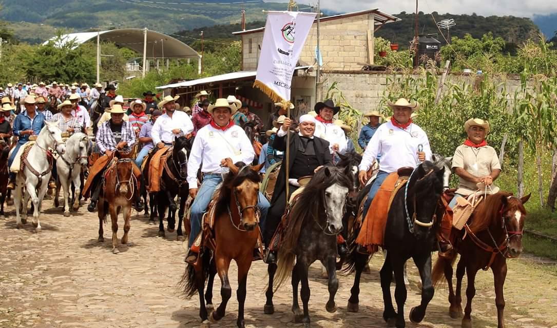 SALVADOR BARRERA MEDRANO RECIBE ESTANDARTE DE LA XXIV CABALGATA MORELOS 2018.