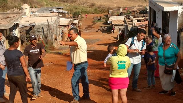CHAVA BARRERA ATIENDE NECESIDADES DE LOS COLONOS DE OJITO DE AGUA.