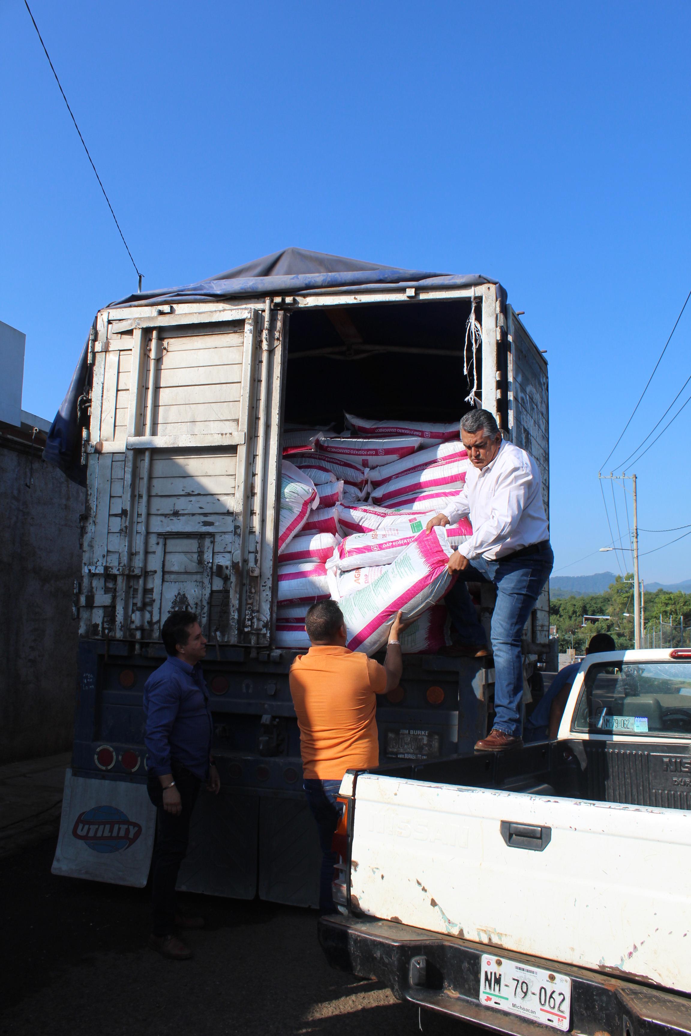 Tacámbaro y sus comunidades son beneficiadas con fertilizante.