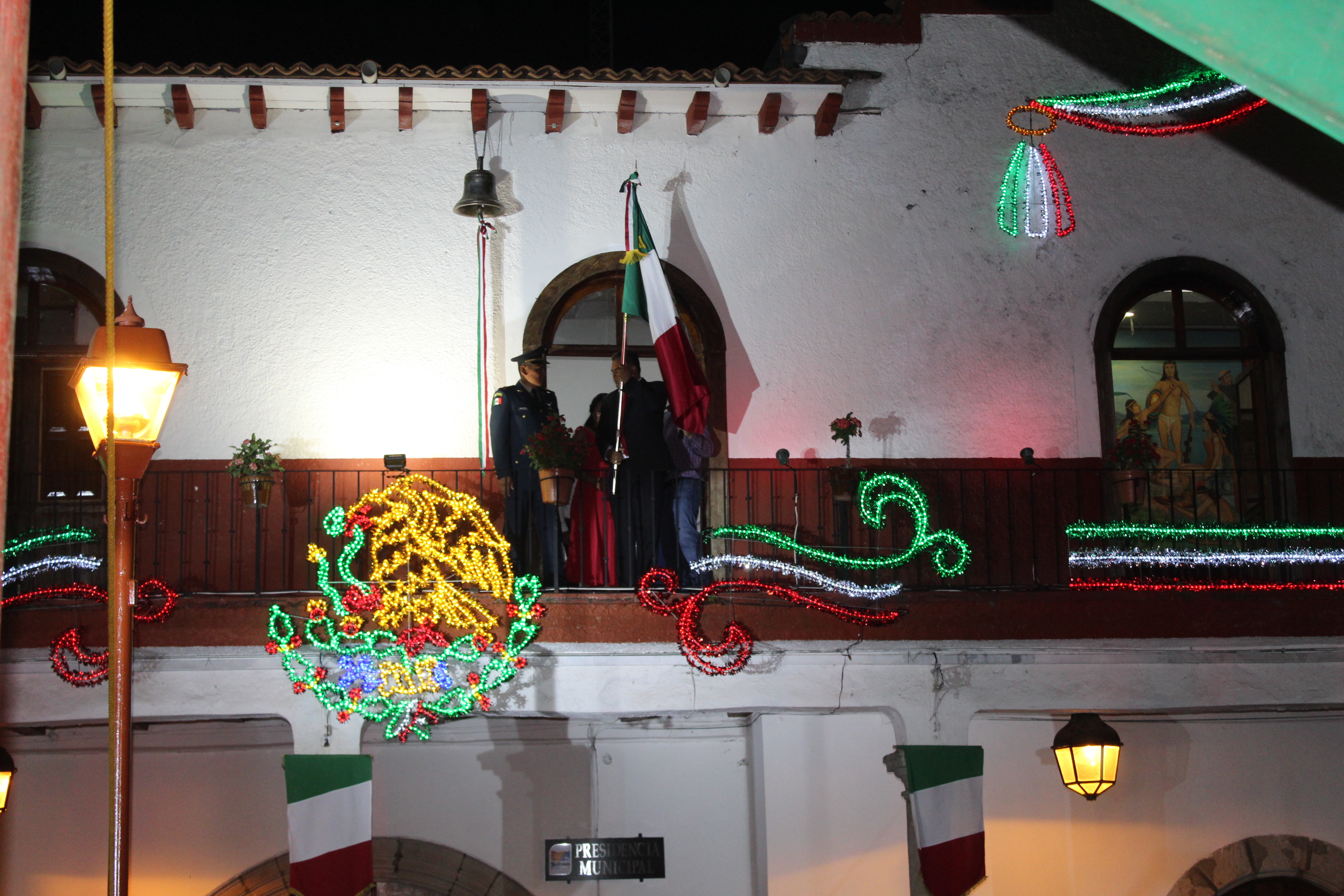 En paz y tranquilidad, Chava Barrera preside ceremonia del Grito de Dolores.