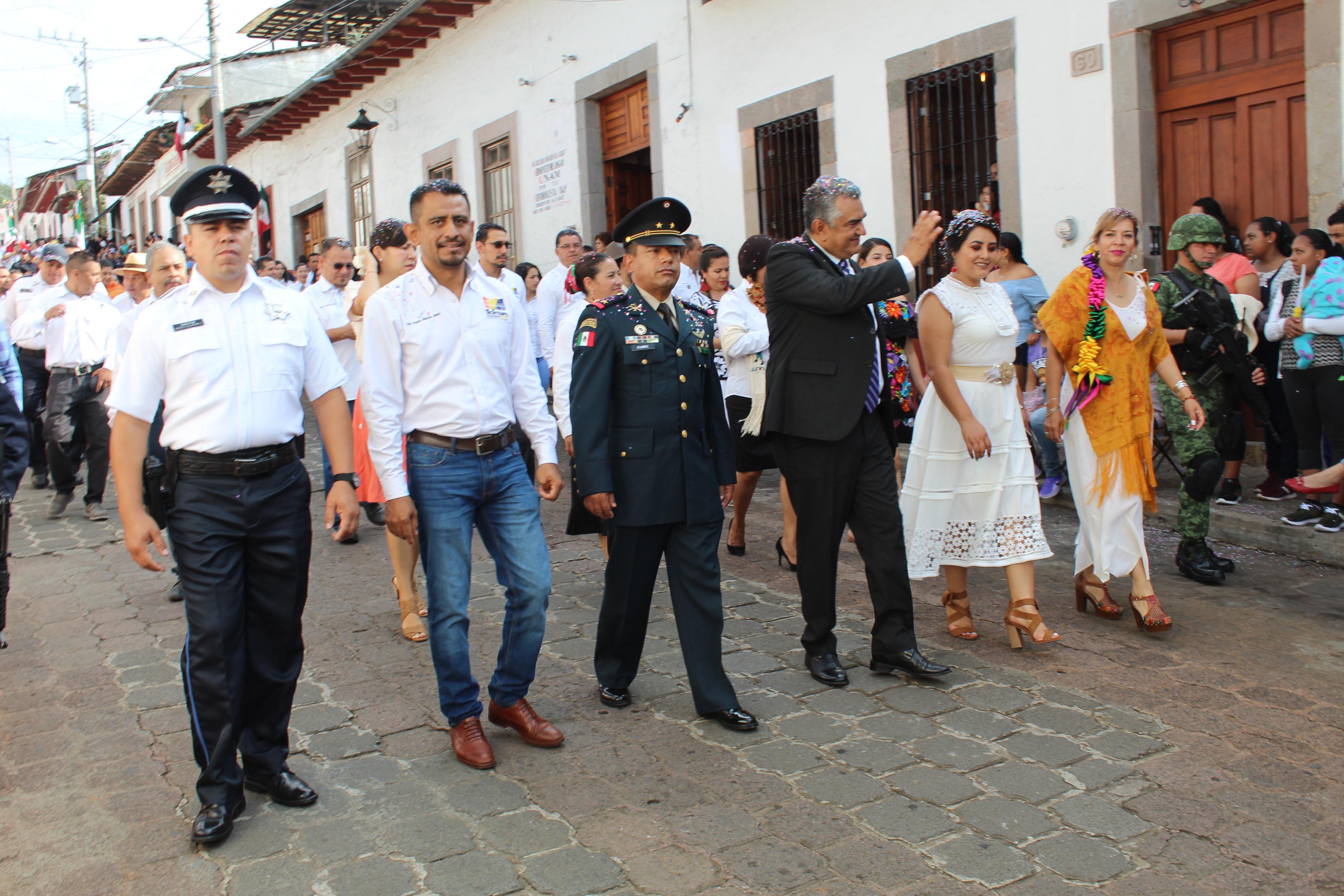 Salvador Barrera encabeza desfile cívico militar en el marco del CCIX aniversario de la Independencia de México.