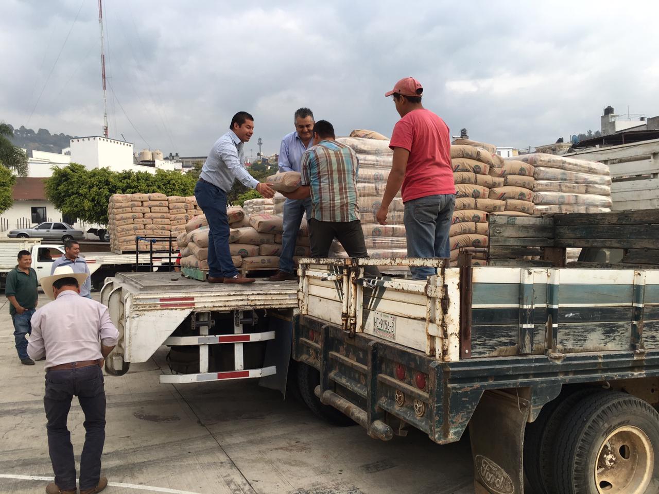 EDIL SALVADOR BARRERA MEDRANO HACE ENTREGA DE 56 TONELADAS DE CEMENTO  A TRAVÉS DEL INSTITUTO DE LA VIVIENDA.