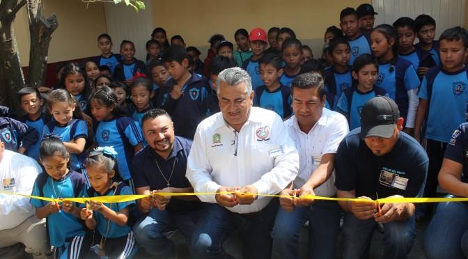 Chava Barrera entrega módulo de sanitarios en Primaria Vicente Guerrero de Plaza de Gallos.