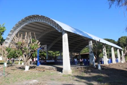 Chava Barrera entrega techumbre en la Escuela Primaria Soledad Ayala de Chupio.