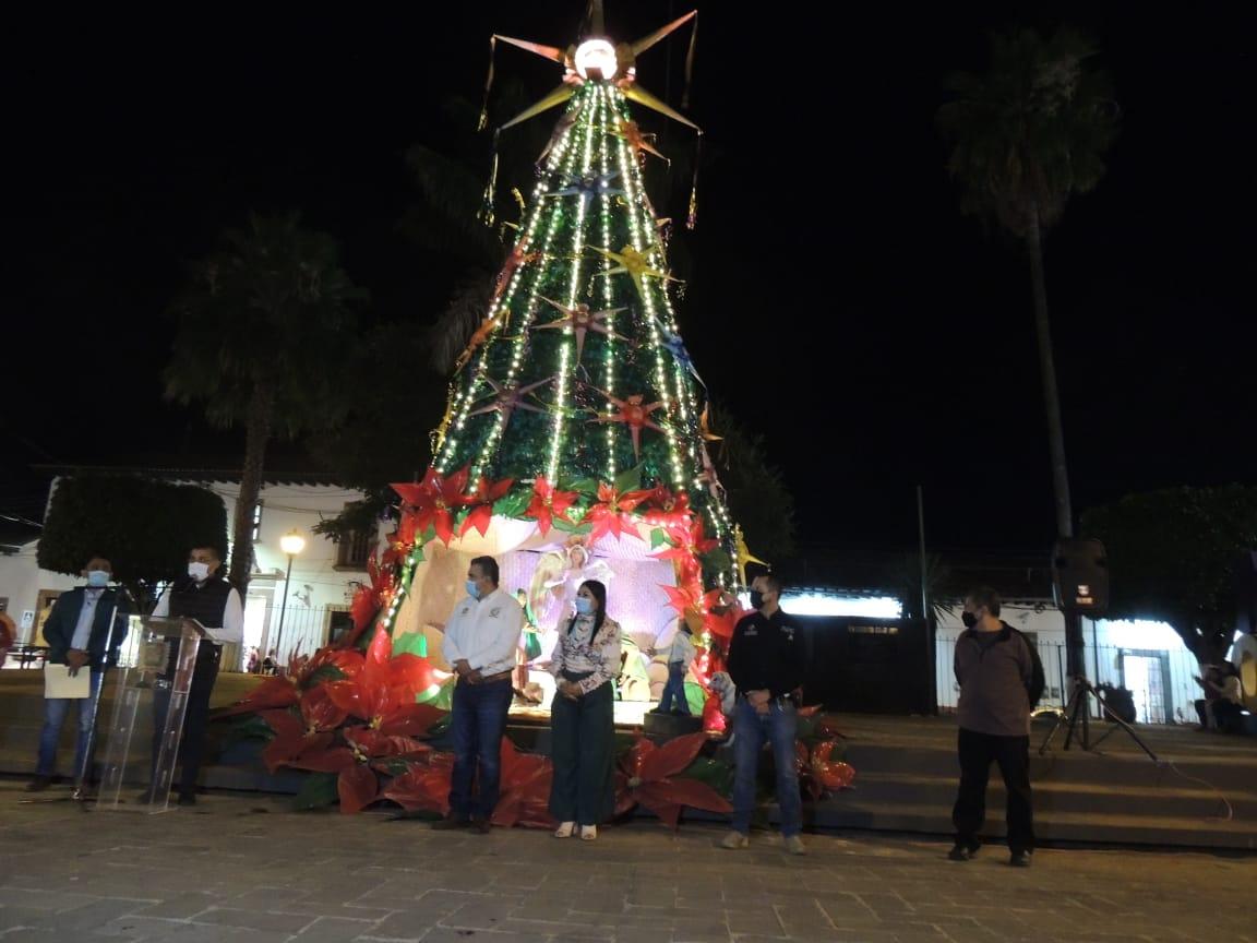 """<h2><span style=""""color: #ffcc00;""""> Chava Barrera preside iluminación de pino navideño y nacimiento en el centro de Tacámbaro. </span></h2>"""